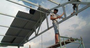 Thợ thi công làm mái tôn ở Bình Dương
